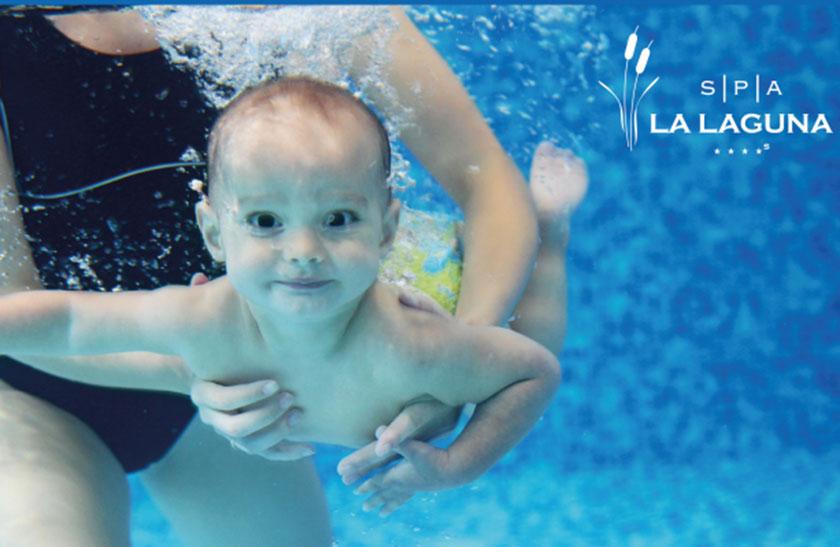 Clases de natación para bebés en agua salada